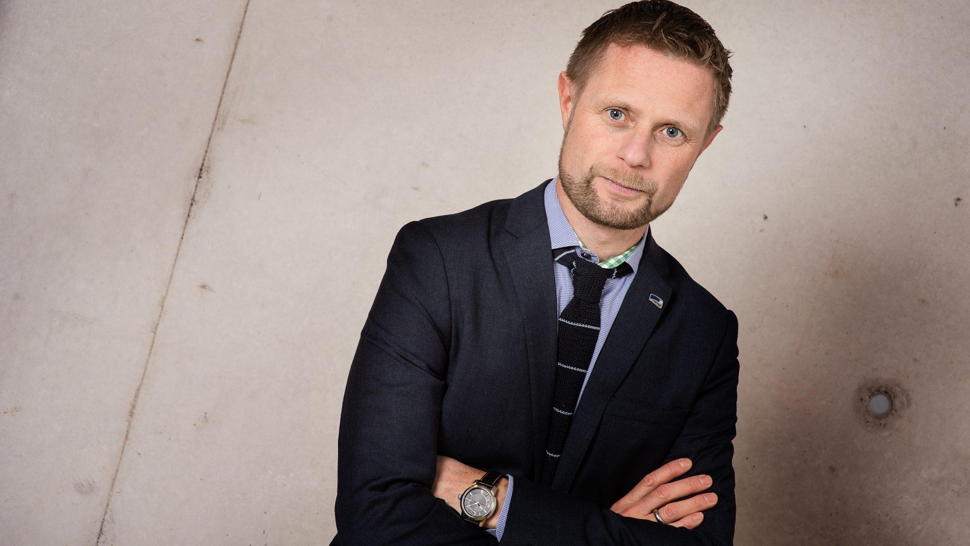 Foto av Bent Høie med armene i kryss.