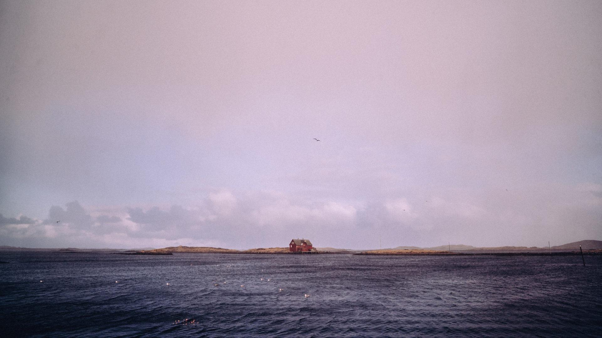 Ensomt hus i havgapet.